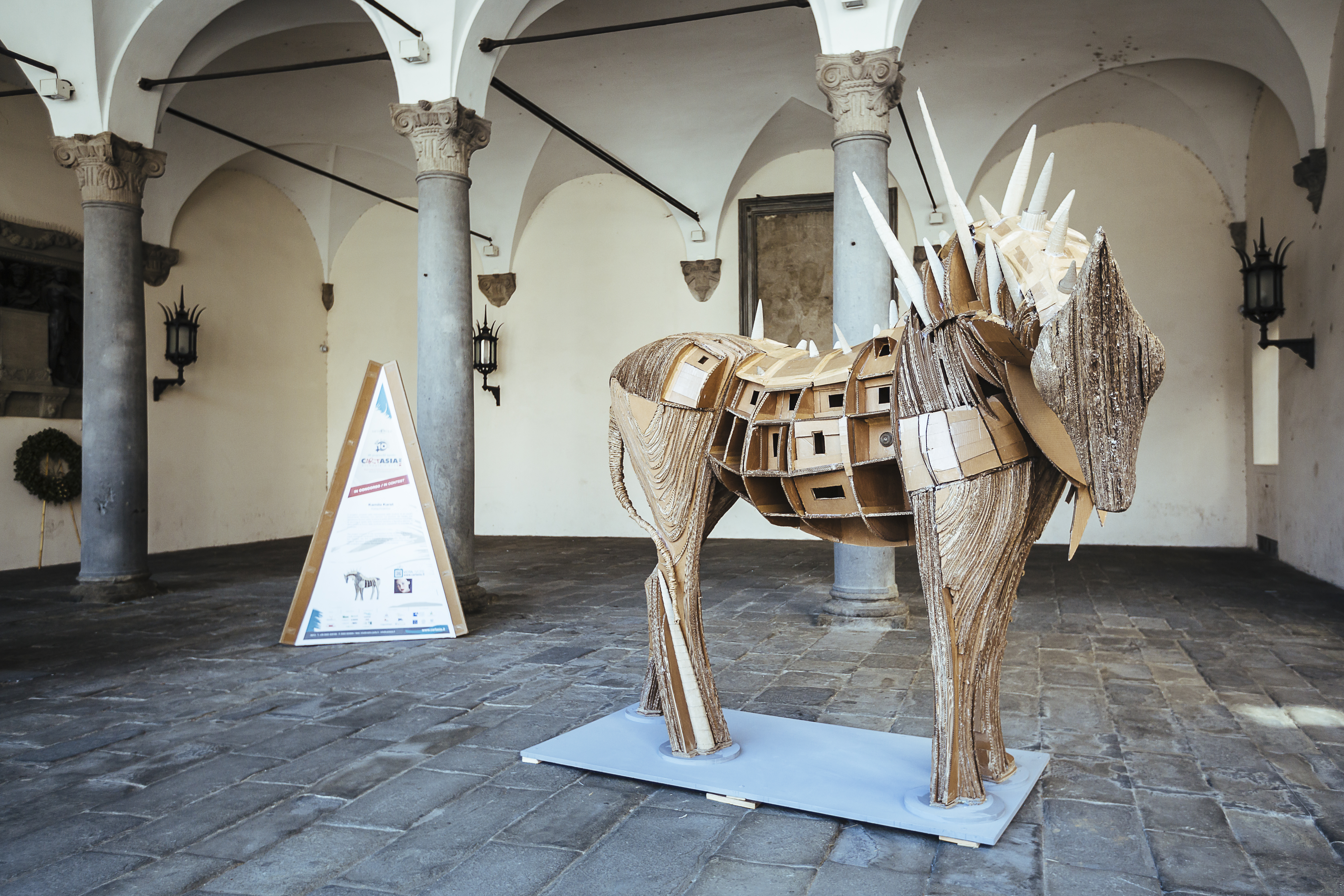 Kamila Karst, «Kataphraktos», in corrugated cardboard. The structure of the horse is inspired from two realities: the first is that of industrial architecture, the second is that of Hellenic narrative and figurative tradition. The properties of the material particularly determine the shape of the sculpture. Courtesy of Guido Mencari.