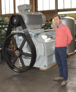 Azmec CEO Claudio Vergani near a 160 mc/min pump of the AL series, which is extremely ergonomic (thanks to the possibility to accommodate the motor on top of the pump) and features a monolithic structure that eliminates vibrations.