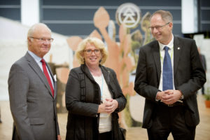 From left: H.M. King Carl XVI Gustav of Sweden , Lena EK, Chairman of the Södra Board and Jonas Eriksson, plant manager. Kungen