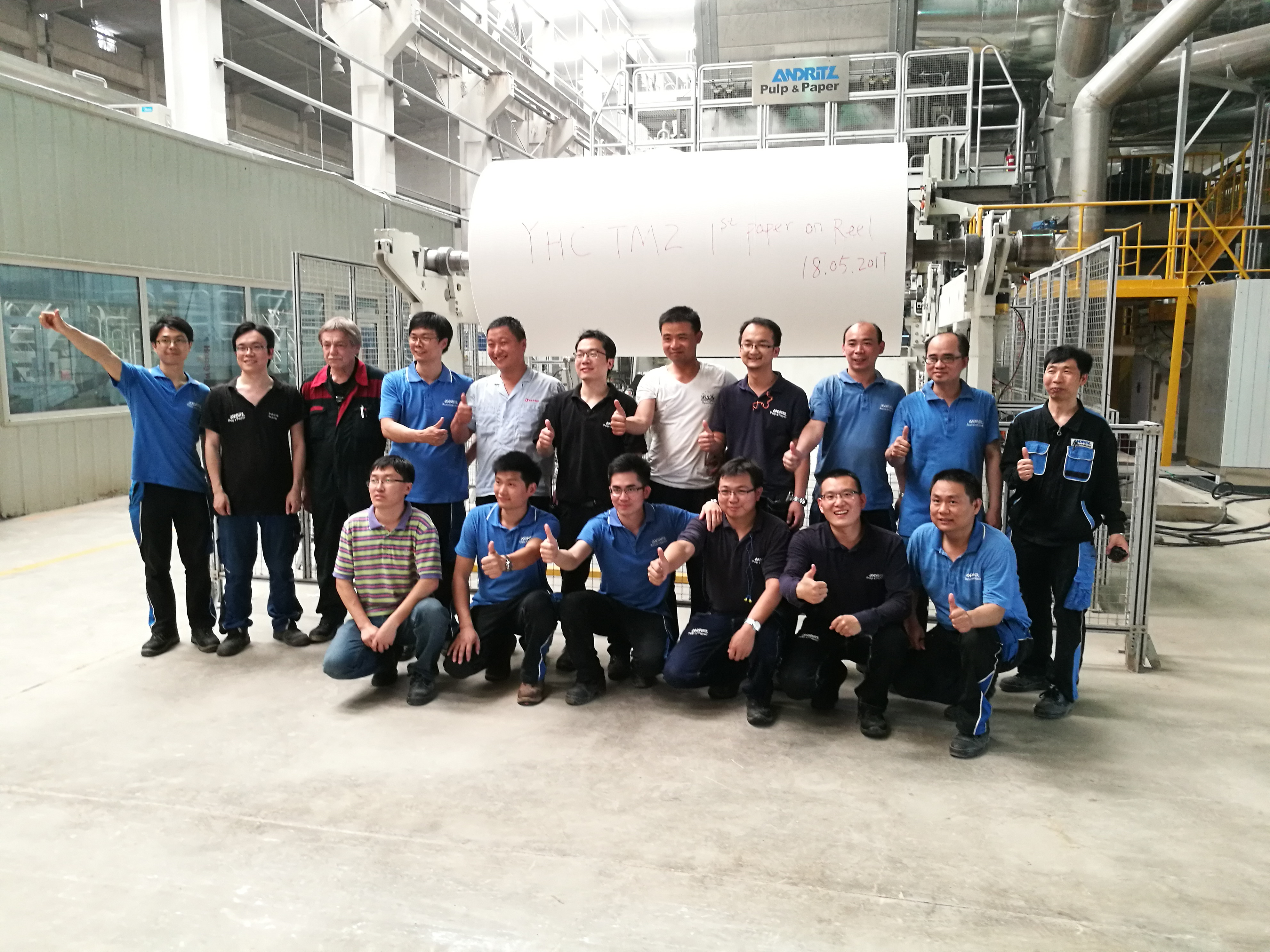 The start-up teams of Hebei Yihoucheng and Andritz celebrate the first paper on reel.